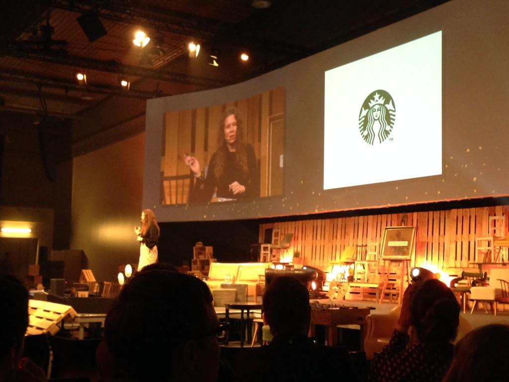 Samantha auf der Keynote Bühne der Marketing Rockstars