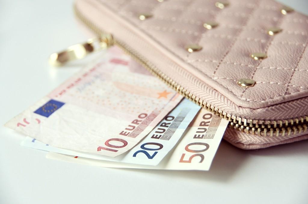 50€, 20€, 10€ Scheine schauen aus Geldtasche hervor