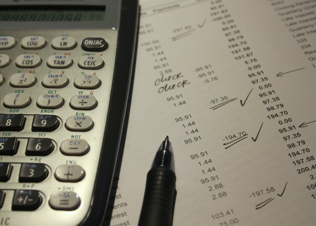 Taschenrechner mit Checkliste über Buchungen