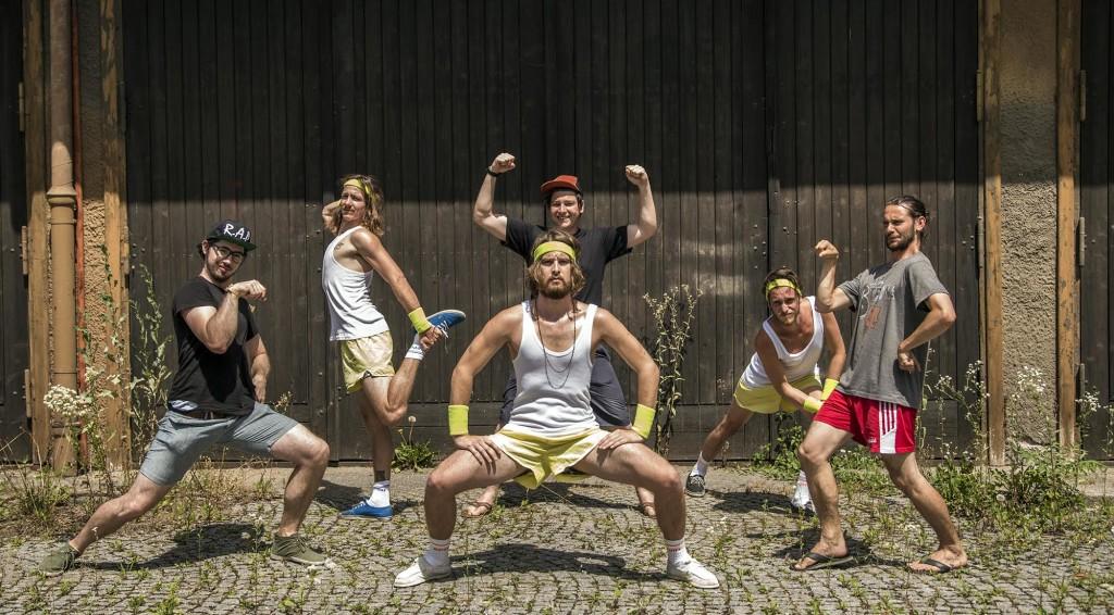 Martin Engler und sein Team posen für flippiges Gruppenbild
