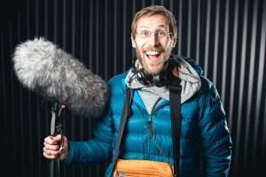 Martin Engler Portrait-Foto mit Riesen-Wind-Mikro