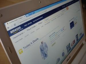 Online Shopping am Laptop - hier im Bild der Amazon-Shop
