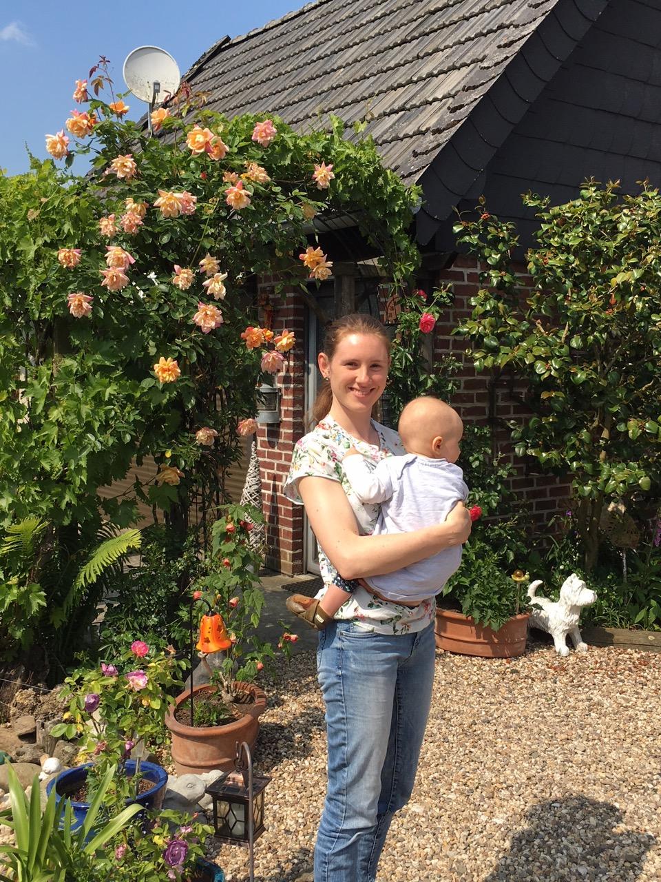 Isabelle (Inhaberin Frau Chefin) mit ihrem Nachwuchs im Garten