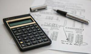 Finanzplan mit Taschenrechner und Kugelschreiber